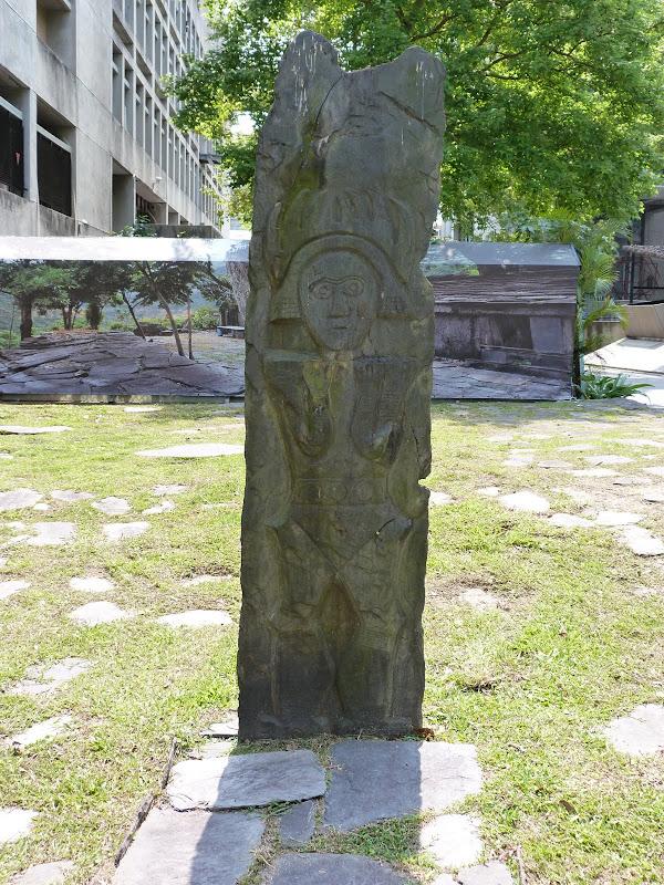 Dans la cour de cette université, sculptures aborigènes