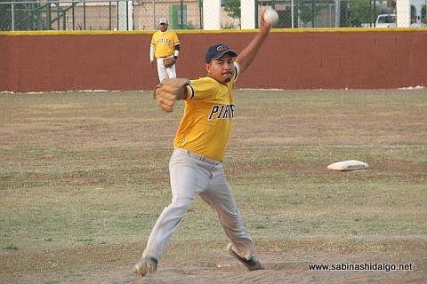 Luis Hernández lanzando por Piratas en el softbol sabatino