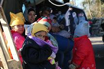 Děti uprchlíků čekají před přechodem do Chorvatska. (Foto: Petr Štefan, ČvT)