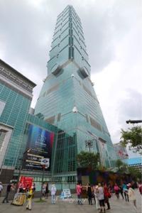 台北101を見上げる。