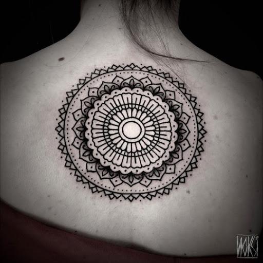 Um circulo e 3d de forma de Mandala desenho de tatuagem nas costas