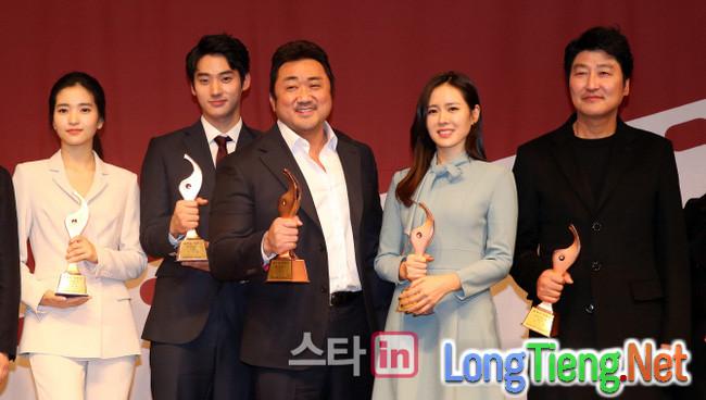 """""""The Wailing"""" được giới phê bình lựa chọn là phim Hàn hay nhất năm - Ảnh 11."""