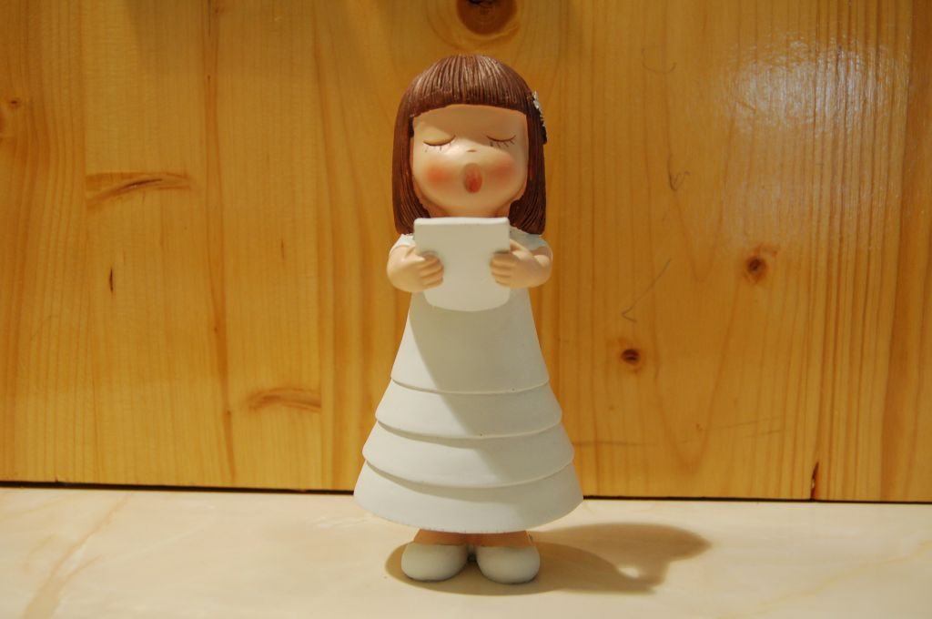 figurine-communiante-chantant-brune_1.jpg