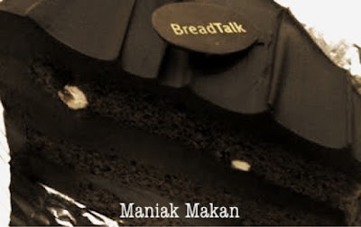 maniak-makan-slice-of-choco-fudge-cake-bread-talk-birthday-cake