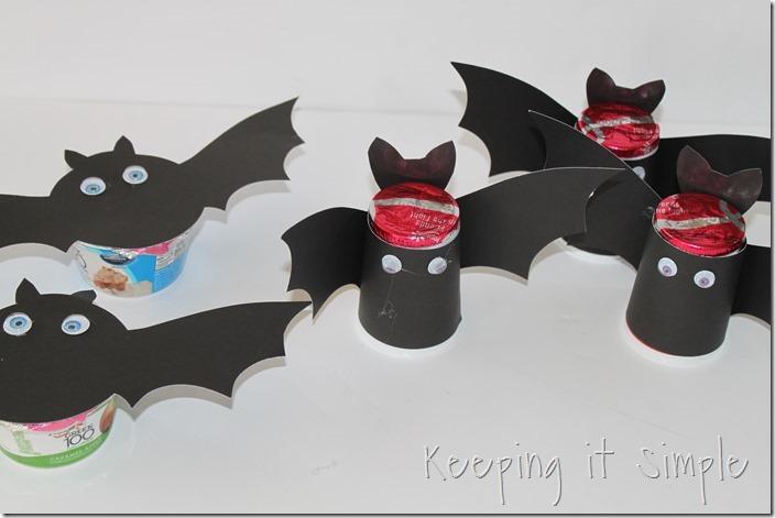 #ad Halloween-snack-idea-Bat-yogurt-with-printable #SnackandSmile (5)