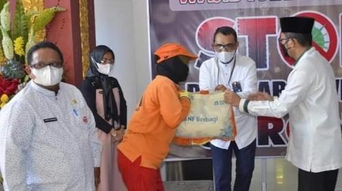 Serahkan Paket Sembako Bagi 500 Petugas Lapangan DLH, Wako Hendri Septa Apresiasi BNI Wilayah 02 Padang