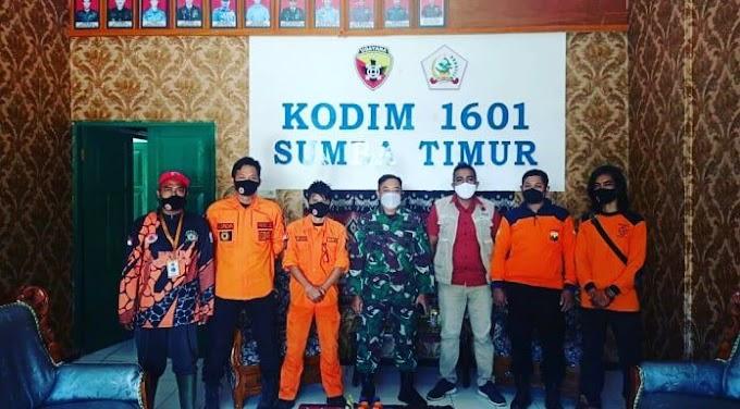 Ketua Senkom Mitra Polri Sumba Timur Bersama Sekretaris BPBD Sambut Tim Relawan Bencana