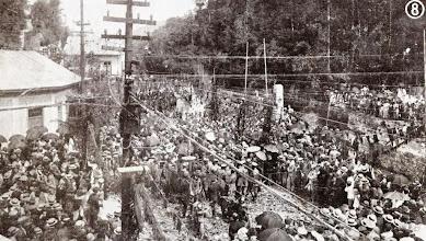 Photo: Chegada às Duas Pontes da comitiva presidencial cercada pelos populares na inauguração da Rodovia Washington Luiz. Foto de 1928