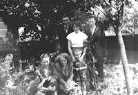 Groeneweg, Cornelis en Kooij, Geertruida +Familie in tuin 1955.jpg