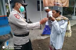 erayaan Idul Adha 1442 H di Masa PPKM Darurat, Polres Lumajang Berikan Himbauan Prokes dan Bagikan Masker di Masjid