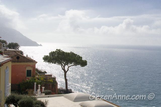 Positano'da Tiren denizi manzarası