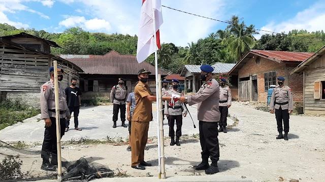 Tanamkan Rasa Cinta Tanah Air, Kompol Buala Zega Bagikan Bendera Merah Putih Kepada Masyarakat