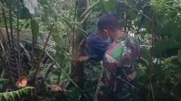 Keakraban Satgas Bantu Cari Kayu  Pakis di Hutan