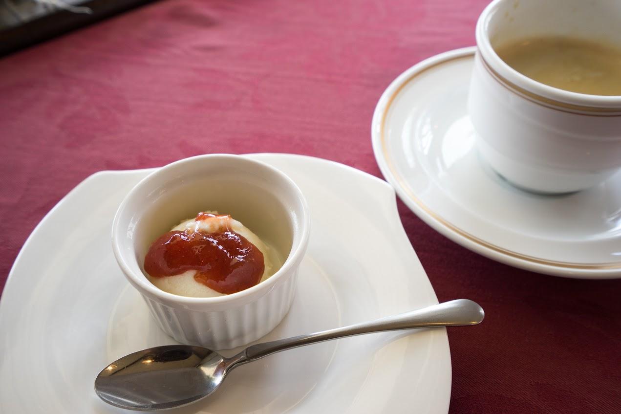 バニラアイスにストロベリーコンフィチュールがけのプチデザート
