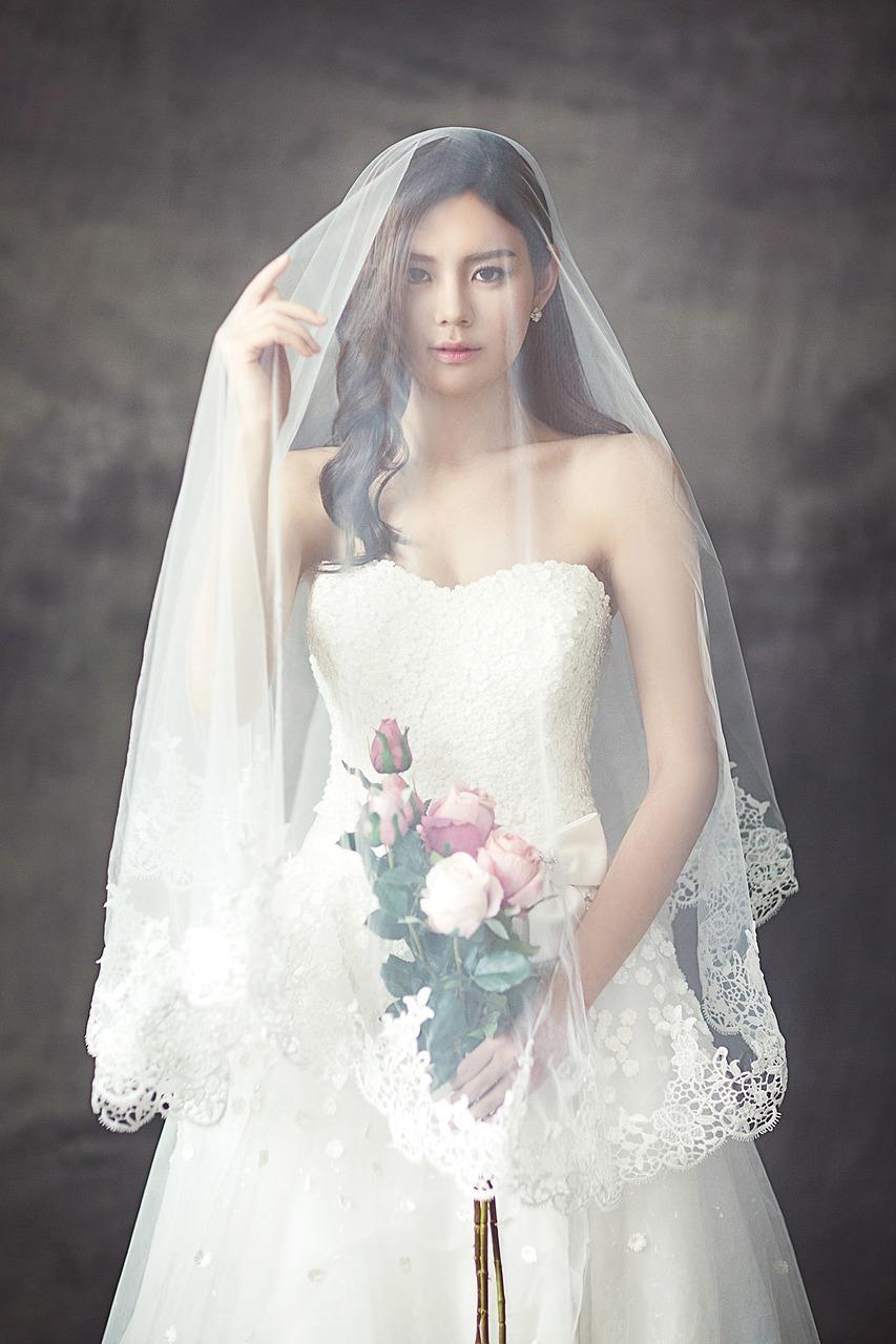 Cô dâu xinh đẹp mặc váy trắng