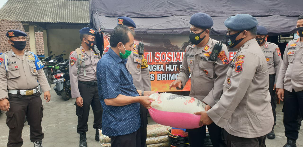 HUT Brimob Polri  Ke-75 Polres Klaten Baksos ke Pengungsi  Merapi di Kemalang