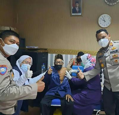 Warga Segarajaya Usai Vaksinasi Dapat Paket Sembako Dari Kapolsek Tarumajaya
