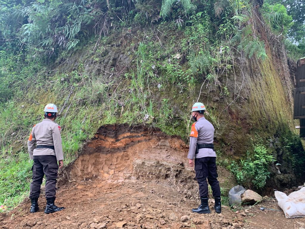 Sat Brimob Polda Jabar Cek Tebing Rawan Longsor di Lembang