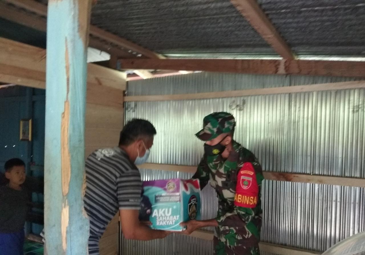 Implementasikan Tagline ASR, Babinsa Koramil 05 Marioriwawo Kodim Soppeng Salurkan Paket Sembako