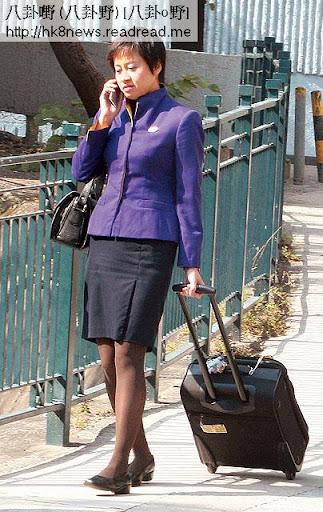 任職空姐的劉太,最近升為主管級。本刊曾拍得她穿上空姐制服,步出何文田寓所,搭巴士入機場。