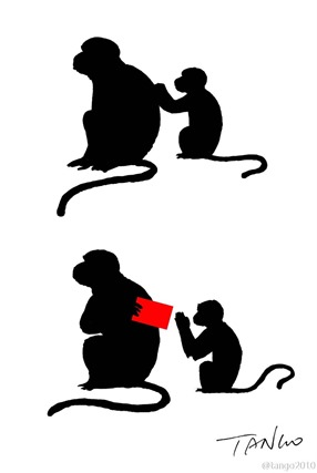Автор рисунка Tango, обезьянка-мама дарит красный конверт маленькой обезьянке на китайский новый год