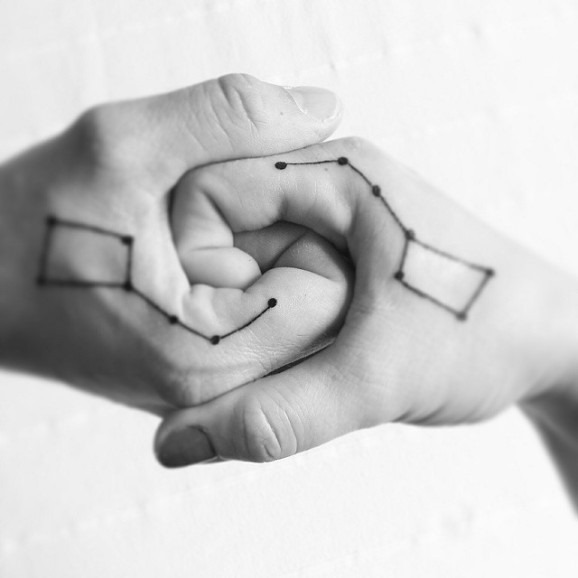 constelaçes_par_de_mo_tatuagens