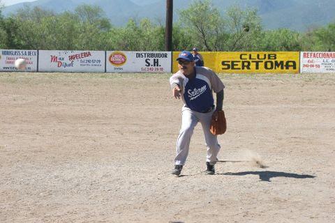 Héctor Mario Cantú de SUTERM en el softbol del Club Sertoma