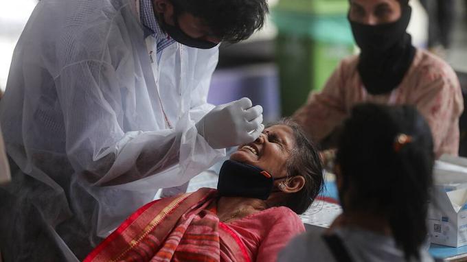Nueva variante de COVID triple mutante brota en India