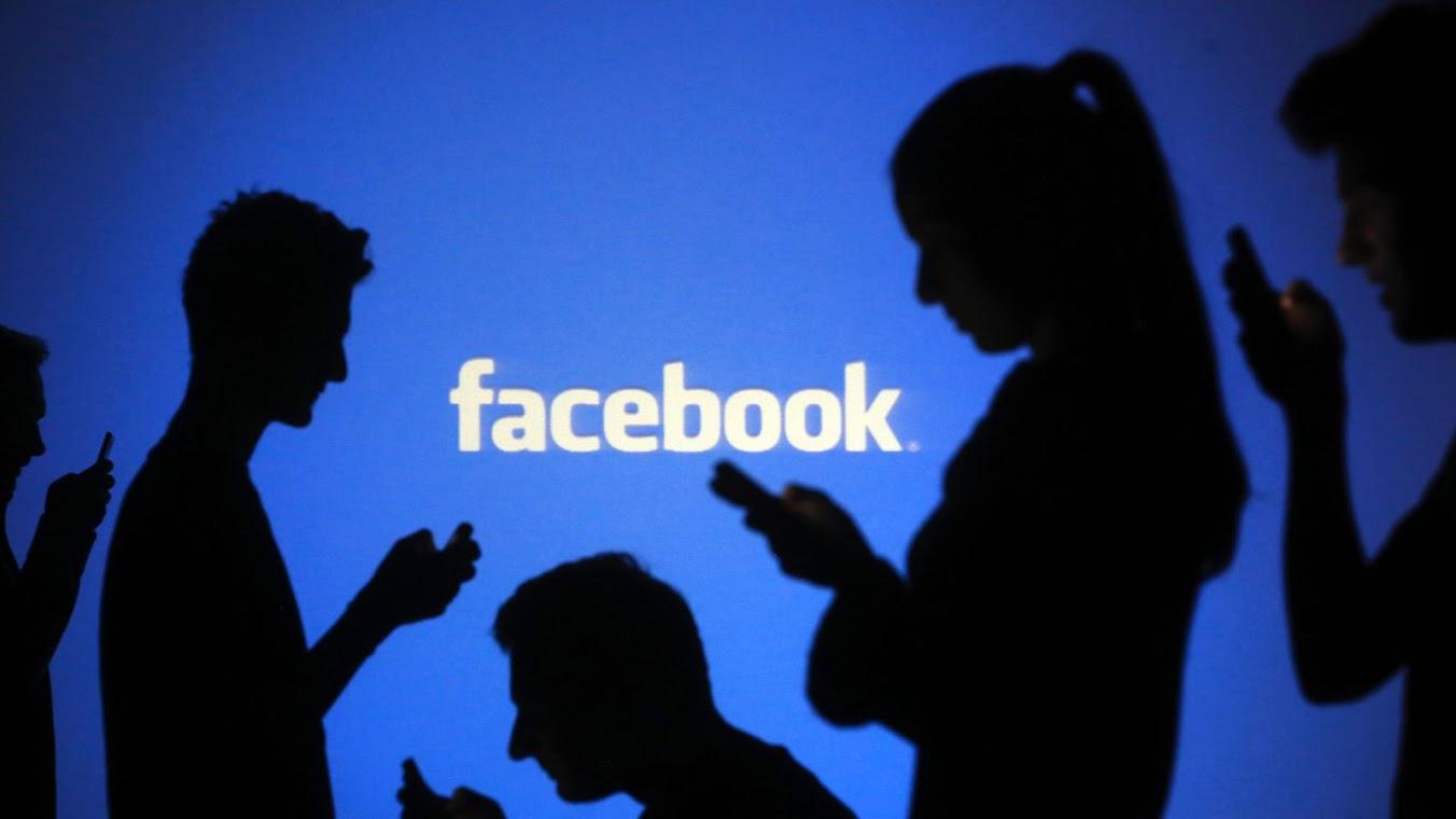 Facebook: gli utenti pubblicano sempre di meno