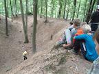 Ninjové dokazují svoje schopnosti při slalomu zakončeném výlezem po laně.