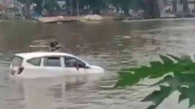 Viral Detik-Detik Mobil Terseret Arus Sungai, 3 Orang Masih di Dalam