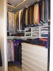 realizzazione di cabina armadio con porte scorrevoli, particolare cassettiera interna e vani porta maglioni.JPG