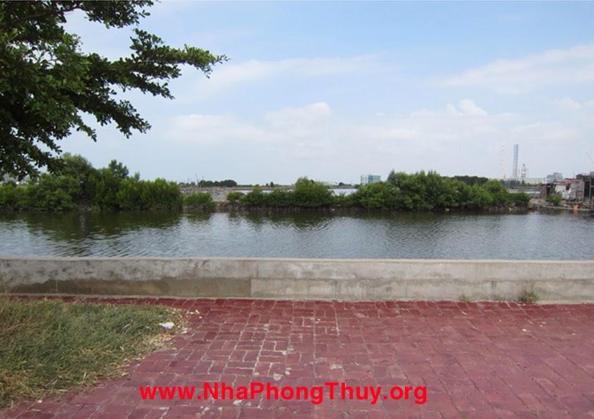 Mặt tây bắc của dự án là sông bến đình, sông này thông với biển và đầm phía xa, cạnh sông là kè đá và vỉa hè