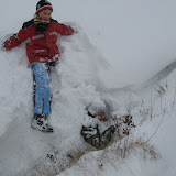 Jeden z uczestników całkowicie zapadł się w śniegu.
