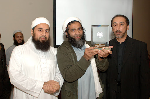 655374-3 : �Lionel Heap : News : Federation of Muslim Organistations (FMO) Leicestershire Youth Awards 2008 : Unsung Hero Award - Salim Sarang (centre) collects his award from Shaykh Abu Yusuf Riyadh ul Haq (left) & city councillor Hussain Suleman.