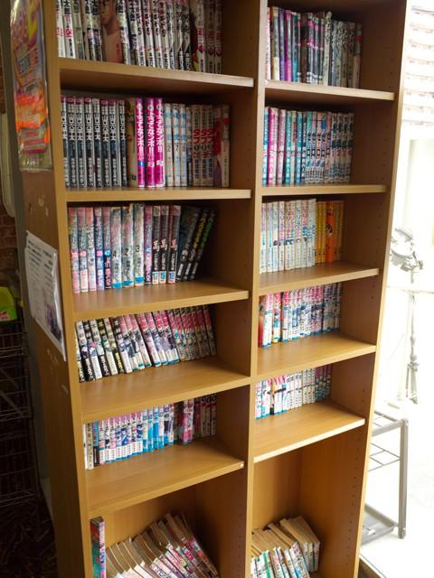 店内の本棚に並べられた大量のマンガ本