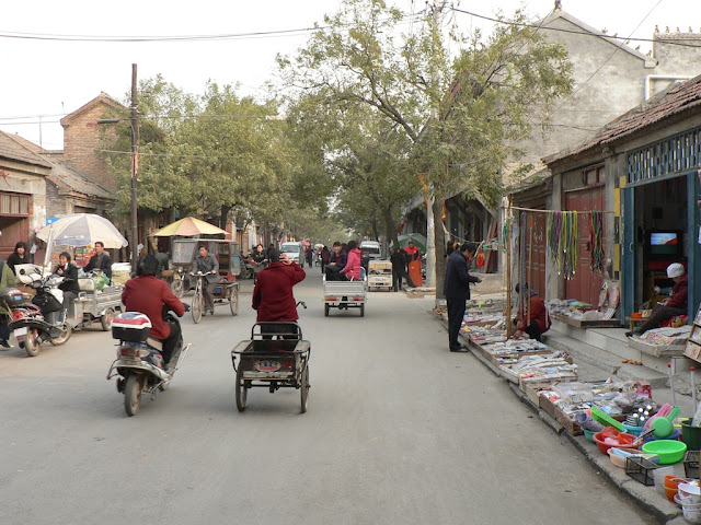 Street scene near Dieze Gate (垤泽门) in Shangqiu during November 2010