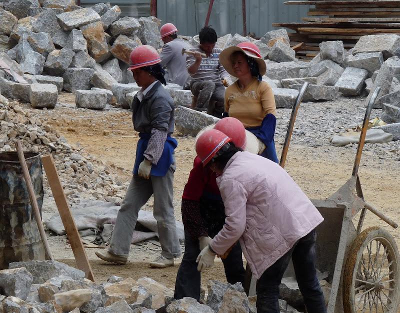 toujours des femmes. Reconstruction d un bâtiment soit disant en mauvais état, en fait qui fut détruit pendant la révolution culturelle,comme des milliers d autres
