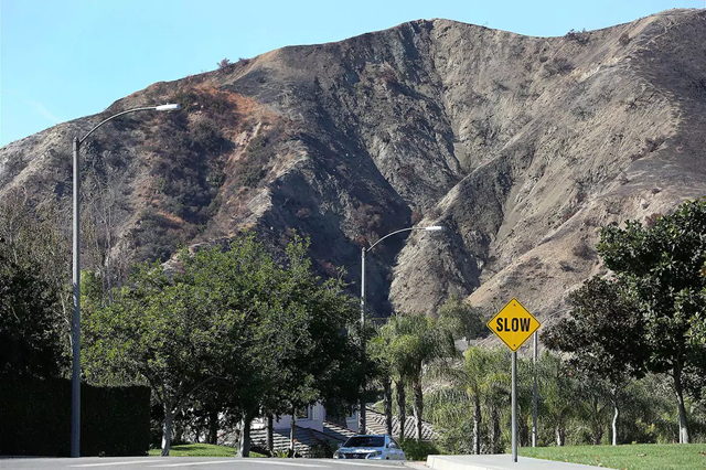 Burned hillsides loom over a neighborhood on Wedgewood Lane in Burbank. Los Angeles County and federal officials have been busy preparing Burbank residents who live near the Verdugo Mountains hillside for future heavy rainfall, especially in areas that were adjacent to the La Tuna fire. Photo: Tim Berger / LA Times Community News