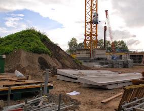 Photo: De gallerijdelen liggen al klaar. 1 gallerijdeel weegt 10 ton.