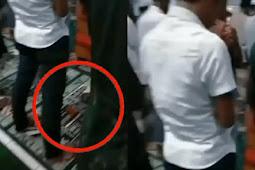 Pria Salat Tarawih Berjemaah Sambil Putar Game Domino di HP, Netizen Geram