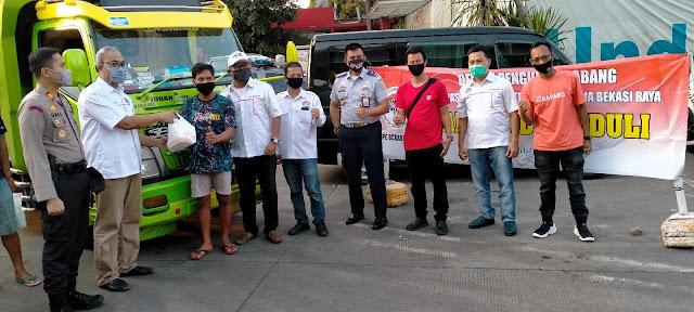 Asosiasi Pengusaha Truk Indonesia (Aptrindo) Dewan Pimpinan Cabang (DPC) Bekasi Raya Bagikan Takjil di Rest Area 19