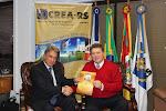 Recebendo convite do presidente Luiz Alcides Capoani, para palestrar no Congresso do CREA, em Gramado.