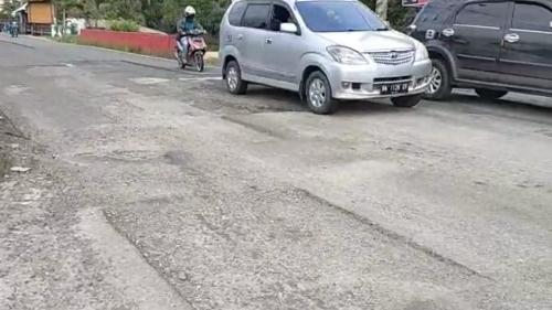 Ironi Jalan Raya Indarung! Dibiarkan Berlubang, Lampu Penerangan Jalan Minim, Membahayakan Pengendara
