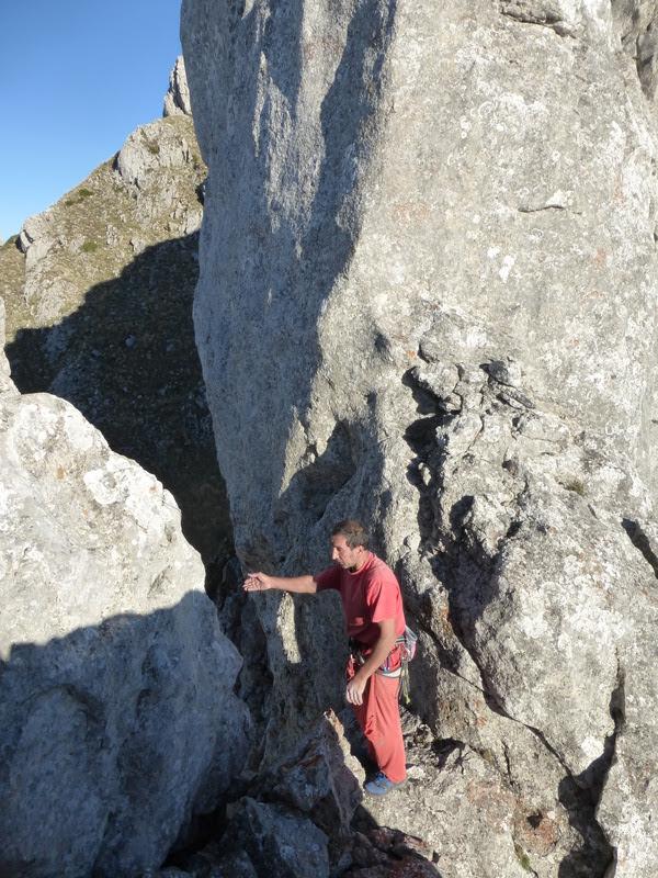 Dende o cume do pilar (uns 6 ou 7 metros enriba da última reunión da vía) accédese a estreitura que da a ambas caras da parede.