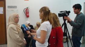 Amparo Sánchez Rosell atendiendo a diferentes Medios de Comunicación.