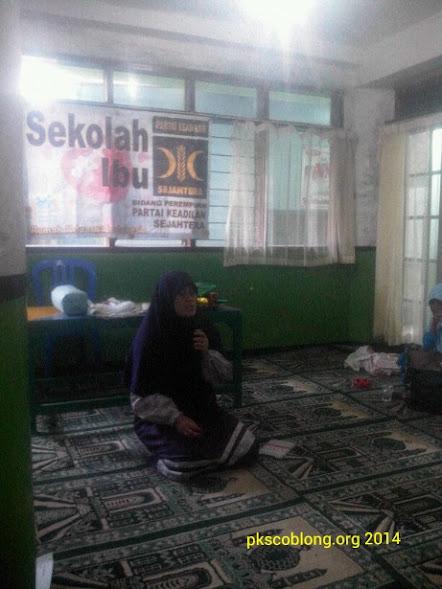 Ibu Siti Sumandari sedang sampaikan materi