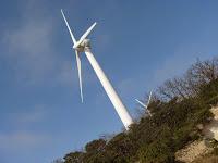 Passage au pied d'une éolienne au col