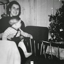 Photo: Weihnachten 1958: Mutter und Sohn am Lichterbaum (natürlich mit echten Kerzen).