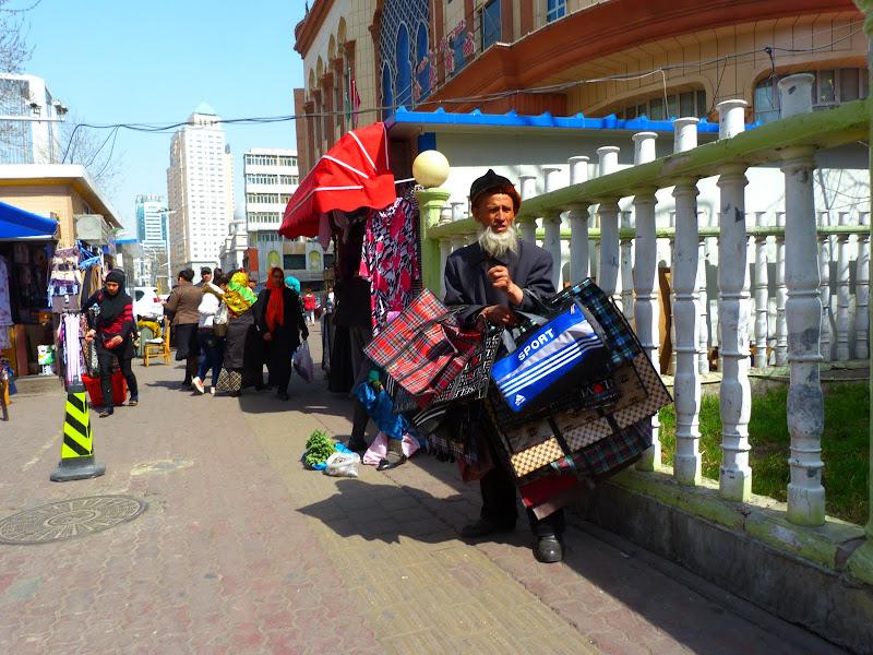 XINJIANG. Urumqi, Grand Bazar, 8 avril - P1270322.JPG